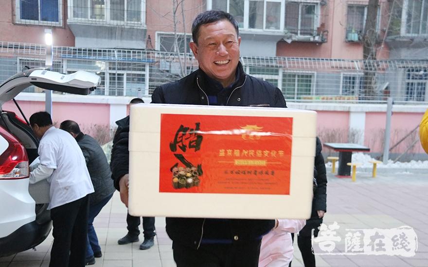 送给养老院的腊八粥(图片来源:菩萨在线 摄影:妙月)