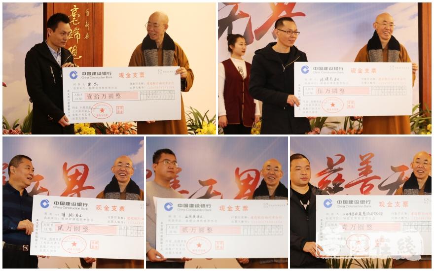 广霖大和尚接受捐款(图片来源:菩萨在线 摄影:妙月)