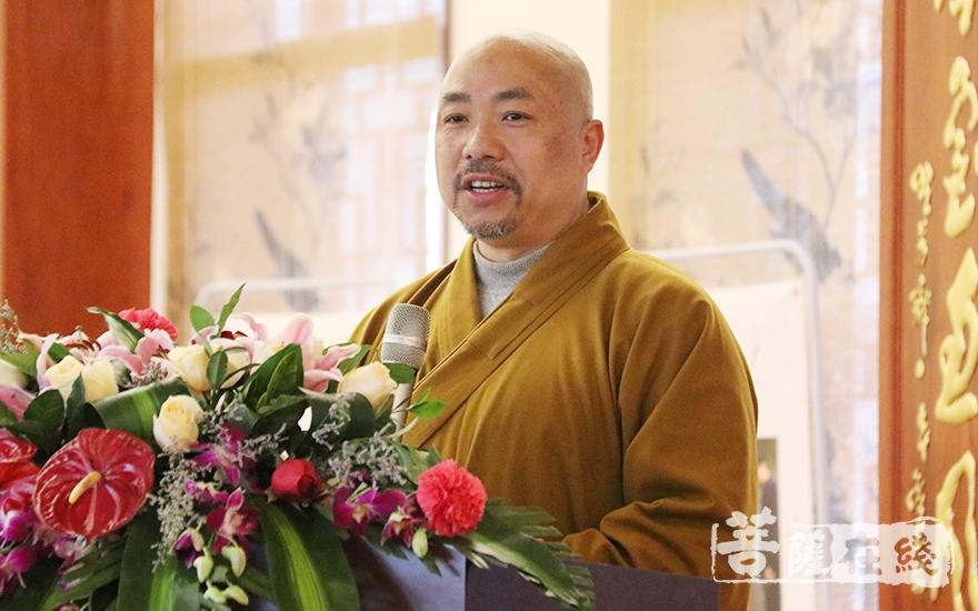 福建省佛教慈善协会常务副会长传观法师主持会议(图片来源:菩萨在线 摄影:妙月)