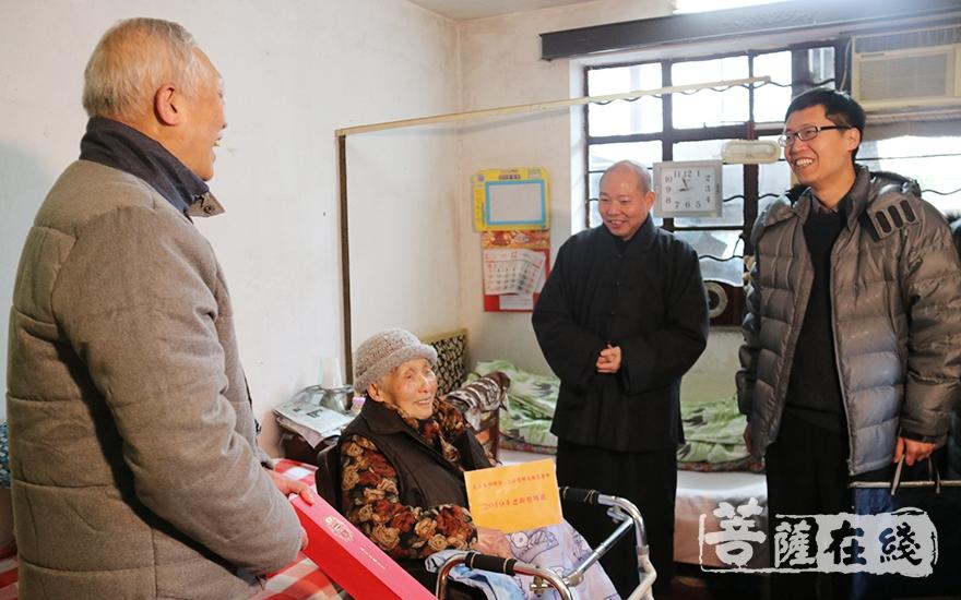 询问老人的生活和健康状况(图片来源:菩萨在线 摄影:妙月)