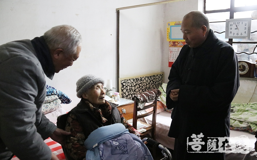 长春法师一行慰问老人(图片来源:菩萨在线 摄影:妙月)