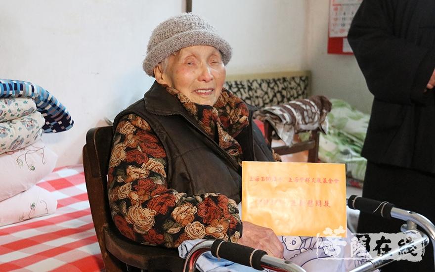 老人脸上洋溢着幸福的笑容(图片来源:菩萨在线 摄影:妙月)