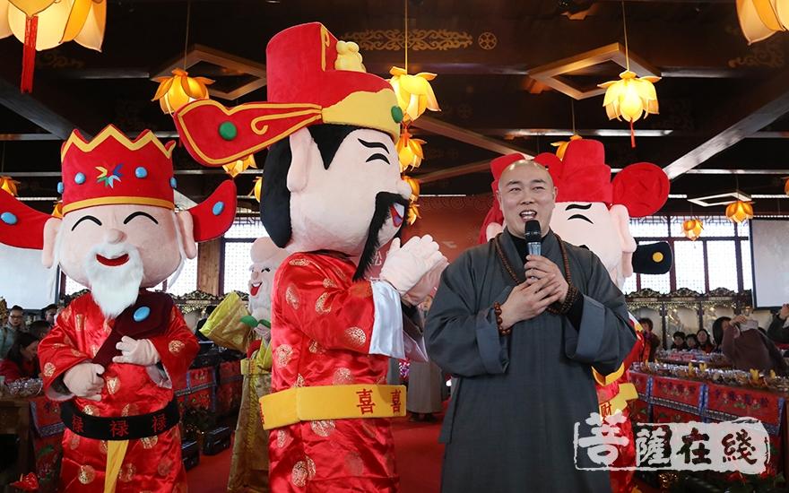 法师齐唱《大悲咒》(图片来源:菩萨在线 摄影:妙月)