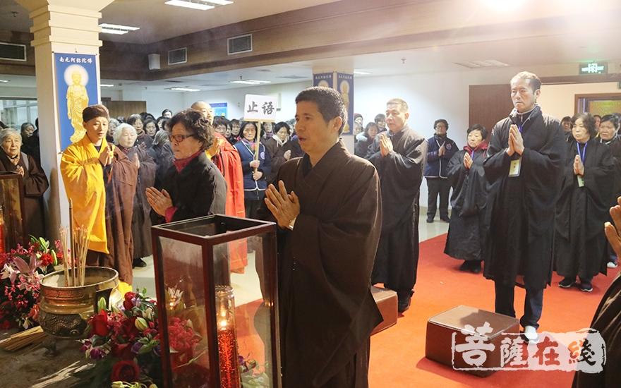 传供仪式(图片来源:菩萨在线 摄影:妙月)
