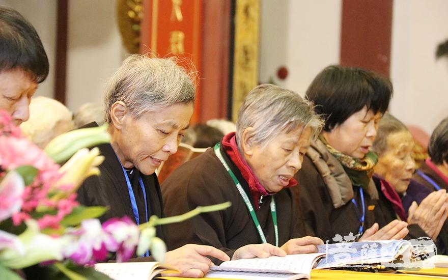 虔诚诵经(图片来源:菩萨在线 摄影:妙月)