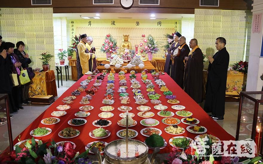 寺院虔敬制作的精致糕点、供果及供菜(图片来源:菩萨在线 摄影:妙月)