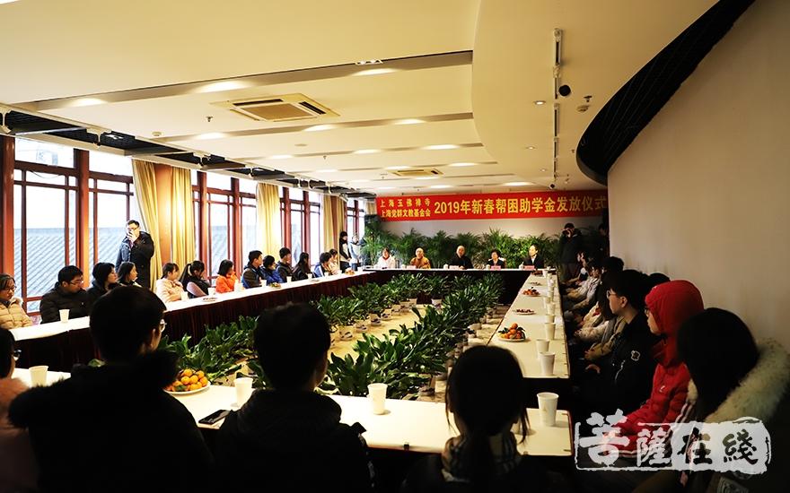 来自上海市大中学校的40余位受助学生代表参加了活动并现场接受资助(图片来源:菩萨在线 摄影:妙言)
