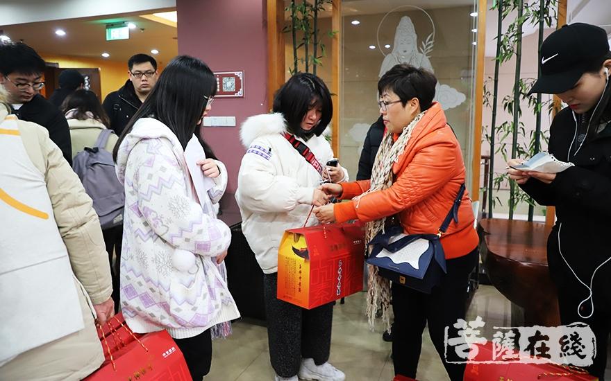 上海玉佛禅寺为受助学子们颁发礼品(图片来源:菩萨在线 摄影:妙言)