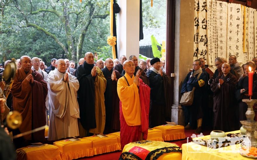 演觉法师主法封龛仪式(图片来源:菩萨在线 摄影:妙雨)