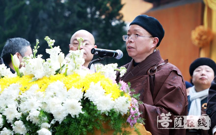 心澄法师宣读江苏省佛教协会唁电(图片来源:菩萨在线 摄影:妙雨)
