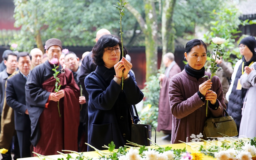 献花(图片来源:菩萨在线 摄影:妙雨)