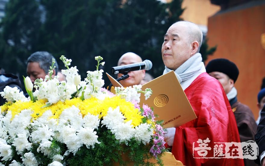 边春光长老宣读韩国天台宗唁电(图片来源:菩萨在线 摄影:妙雨)