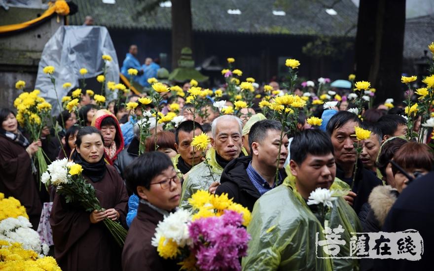 信众有序前往妙法堂献花(图片来源:菩萨在线 摄影:妙澄)