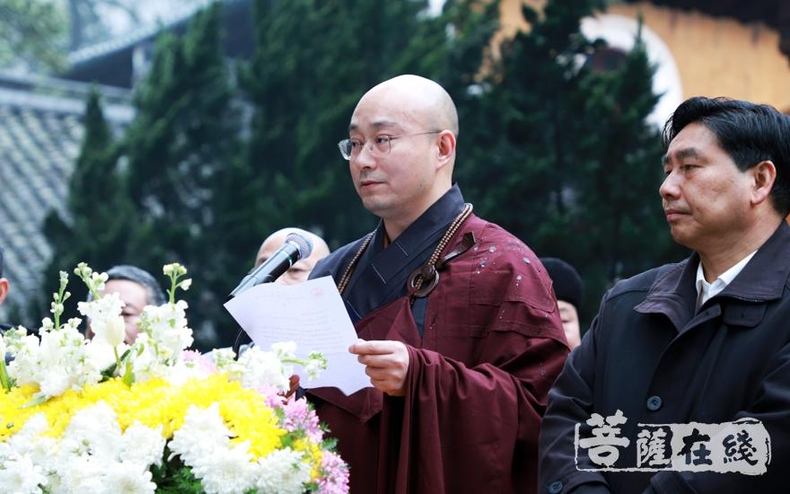 宏明法师宣读香港观宗寺唁电(图片来源:菩萨在线 摄影:妙雨)