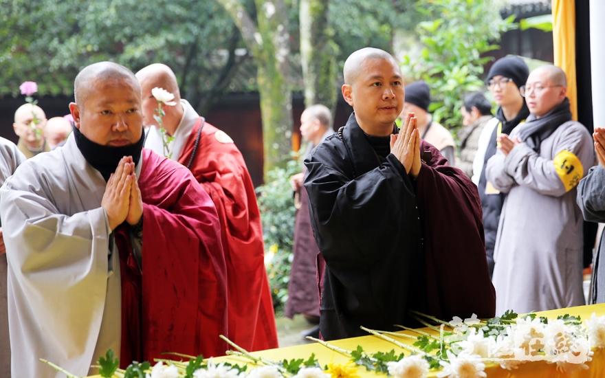 可祥法师、韩国天台宗法师献花(图片来源:菩萨在线 摄影:妙雨)