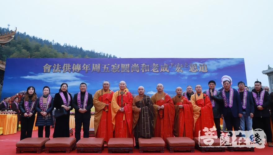 主法法师、开封法师及大功德主合影(图片来源:菩萨在线 摄影:妙澄)