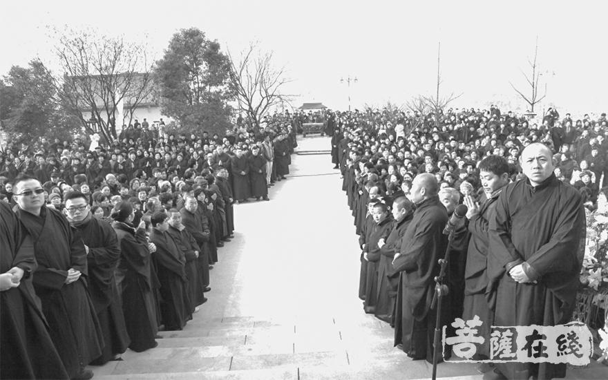 2014年,老和尚功德圆满,2万余众前去送别(图片来源:宏觉寺)