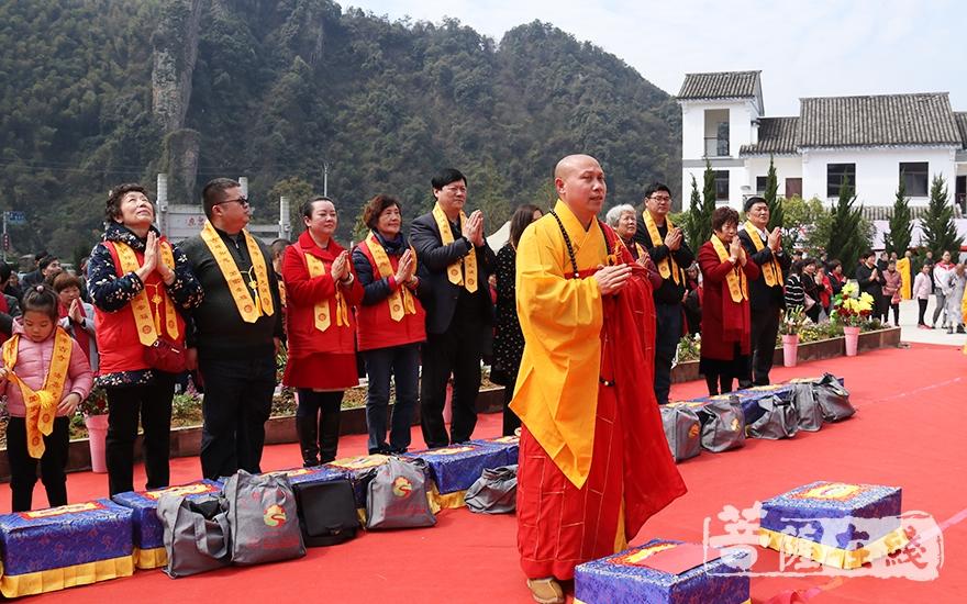 上供仪式(图片来源:菩萨在线 摄影:妙月)