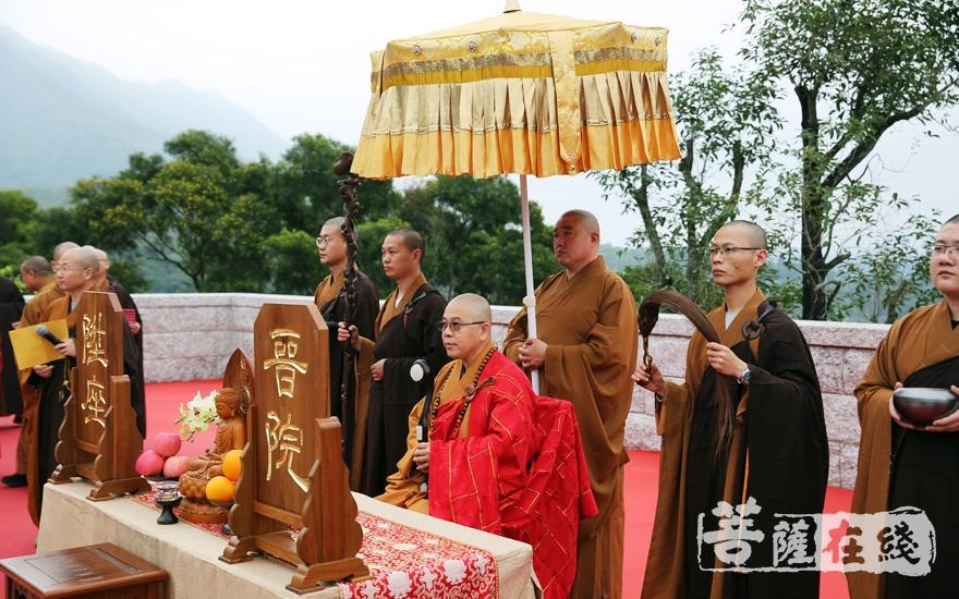 洞鈜法师升座仪式(图片来源:菩萨在线 摄影:妙雨)