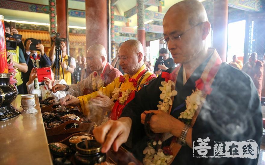 中韩日三国佛教代表共同拈香礼佛(图片来源:菩萨在线 摄影:果仁)