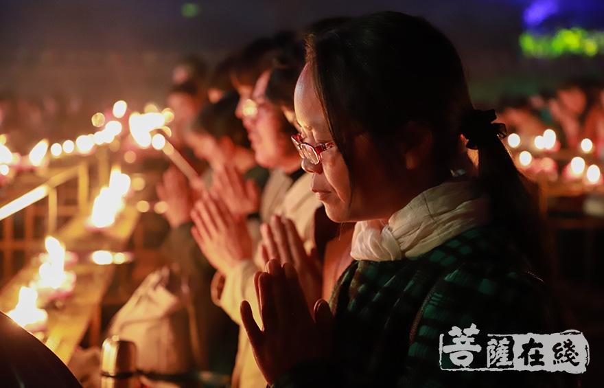 祈福(图片来源:菩萨在线 摄影:妙澄)