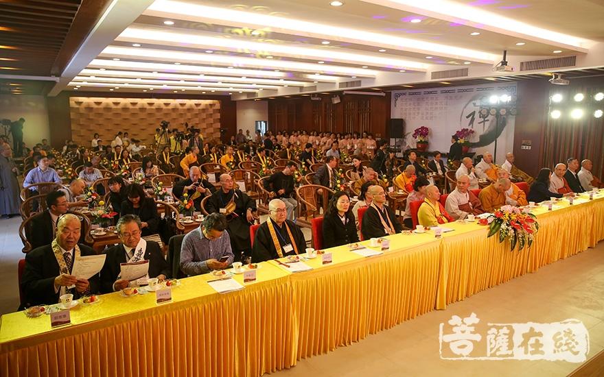 观看中韩日佛教筹备会音乐会表演(图片来源:菩萨在线 摄影:果仁)