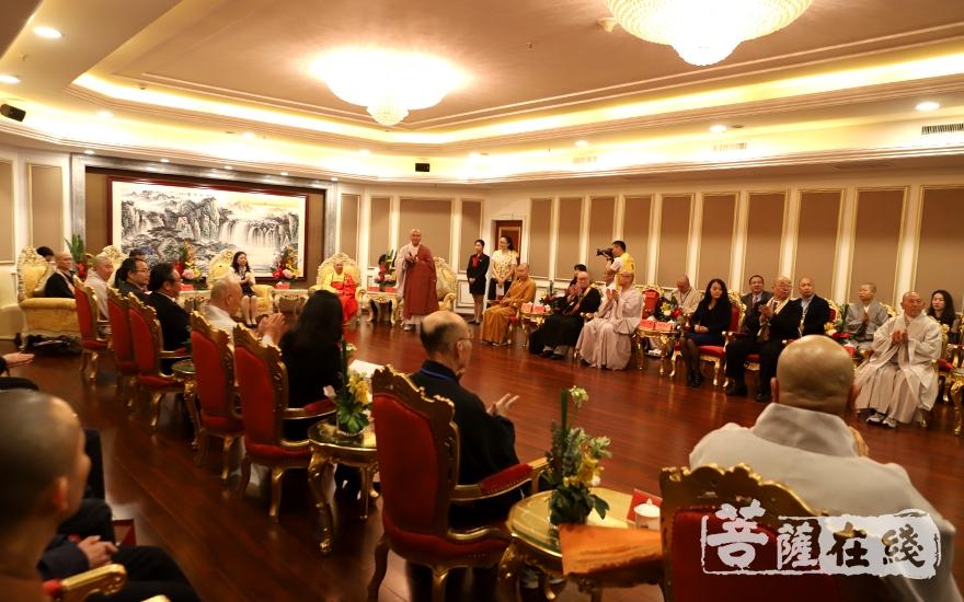 三国佛教团代表团40余人参加了会见(图片来源:菩萨在线 摄影:妙静)