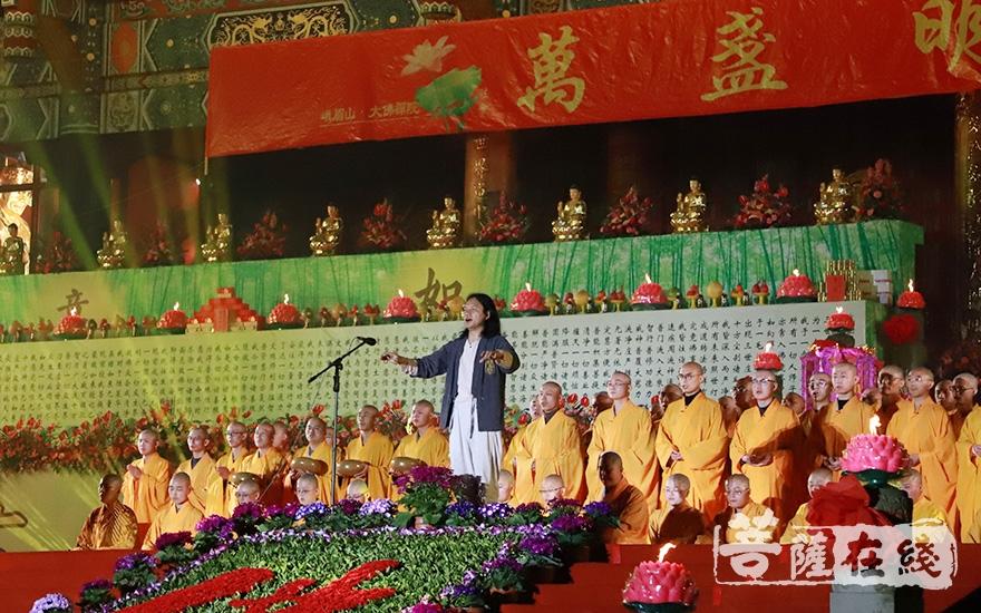 峨眉山佛学院学僧带来合唱《送别》(图片来源:菩萨在线 摄影:妙澄)