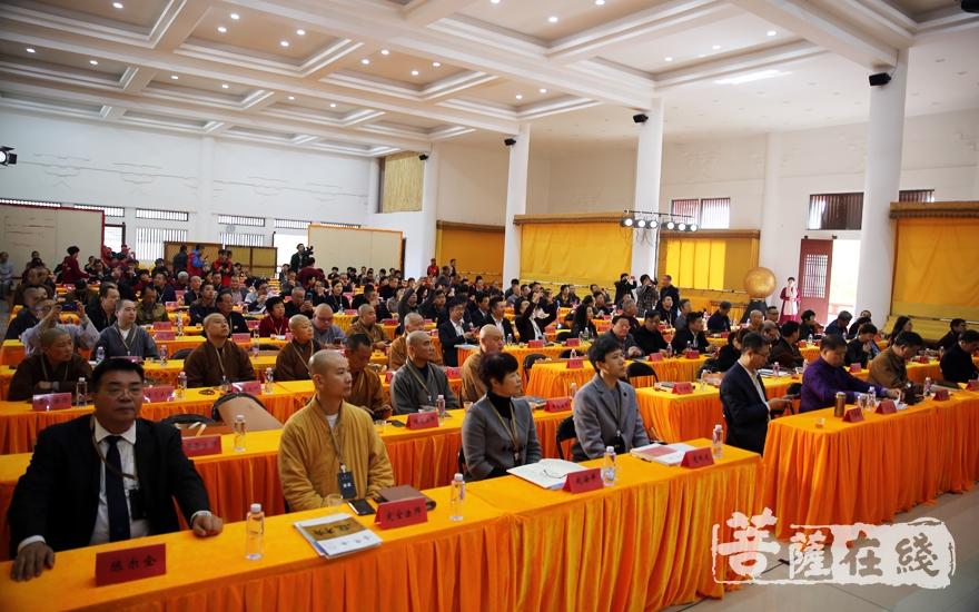 来自政界、学界、企业界等300位嘉宾齐聚资国寺共同探讨佛教养老等问题(图片来源:菩萨在线 摄影:妙雨)