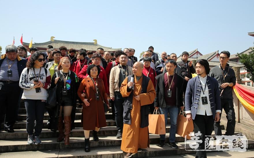 贤志法师带领大家参观寺院(图片来源:菩萨在线 摄影:妙月)