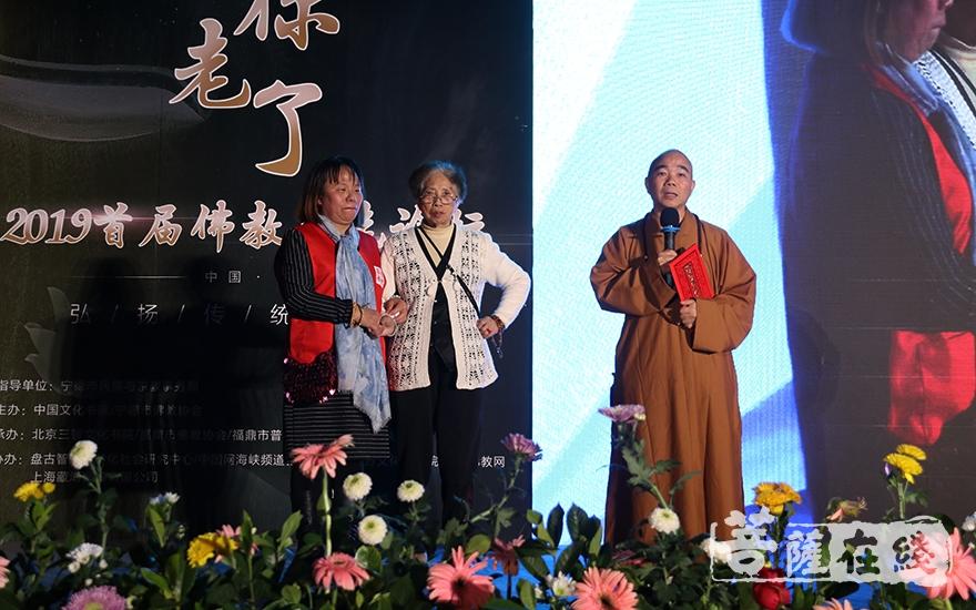贤志法师为护理老人的花花颁发证书(图片来源:菩萨在线 摄影:妙月)