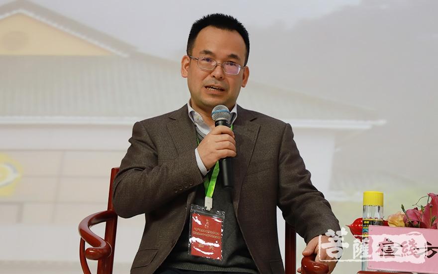 中国人民大学宣方教授主持论坛(图片来源:菩萨在线 摄影:妙甜)
