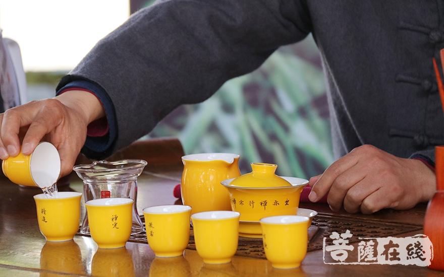 洗茶具(图片来源:菩萨在线 摄影:妙月)