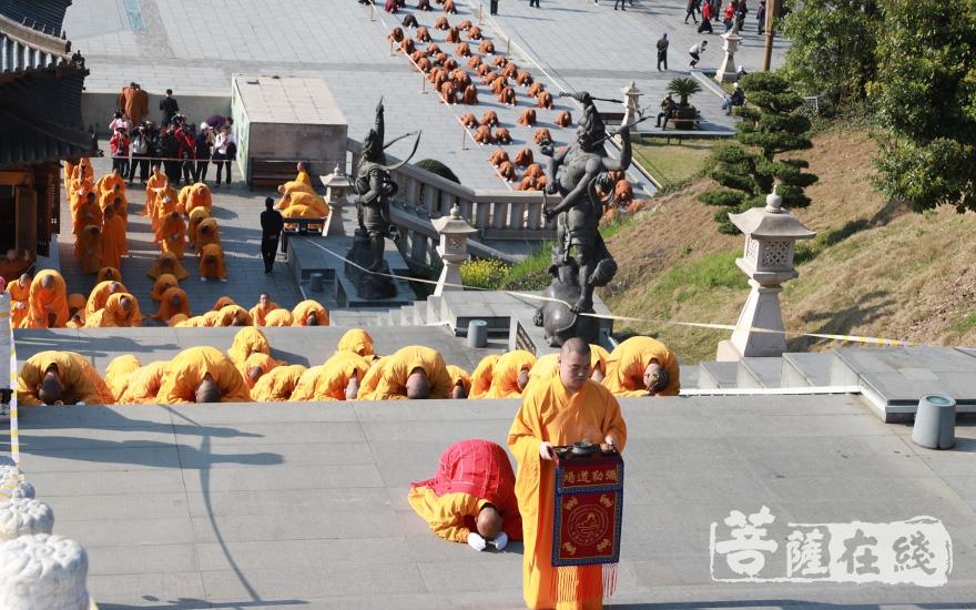虔诚礼拜(图片来源:菩萨在线 摄影:妙澄)