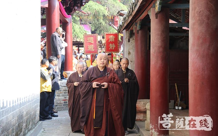 迎请仪式(图片来源:菩萨在线 摄影:妙祺)