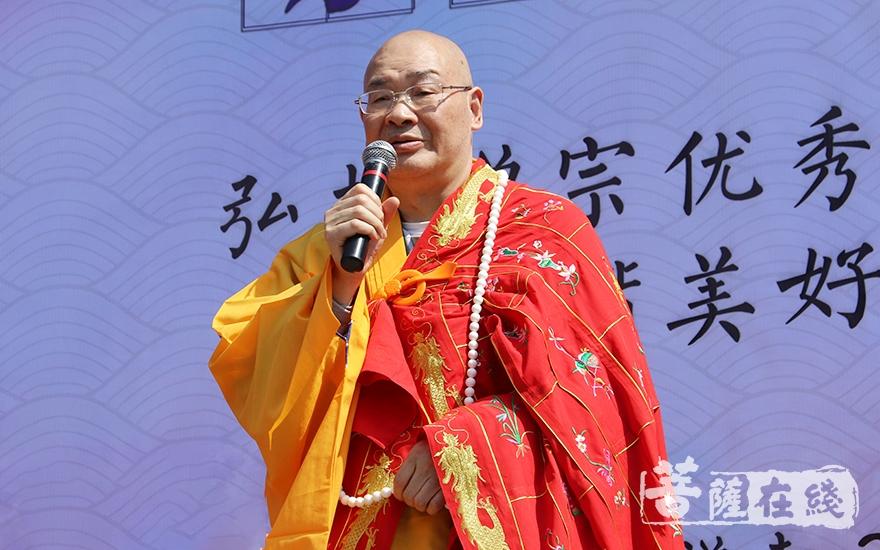 中国佛教协会副会长、湖南省佛教协会会长、麓山寺方丈圣辉大和尚致辞(图片来源:菩萨在线 摄影:妙月)