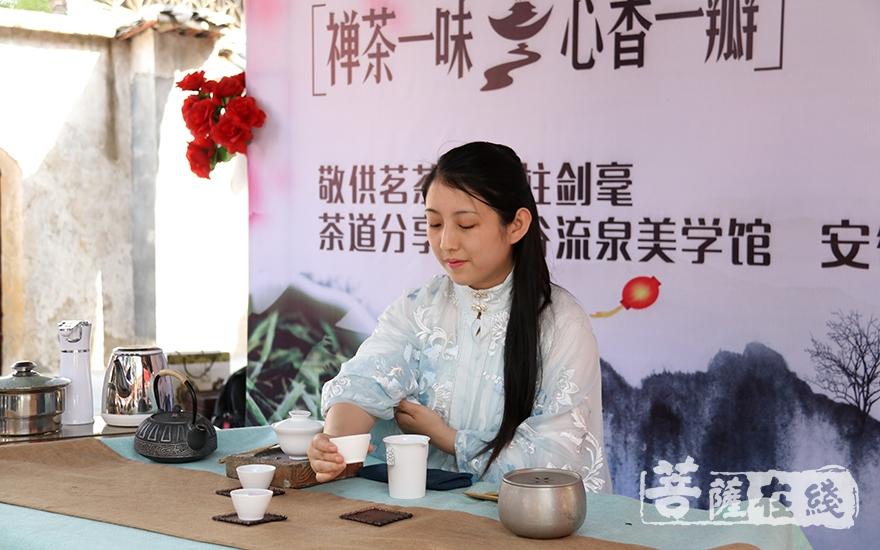 茶艺表演(图片来源:菩萨在线 摄影:妙月)