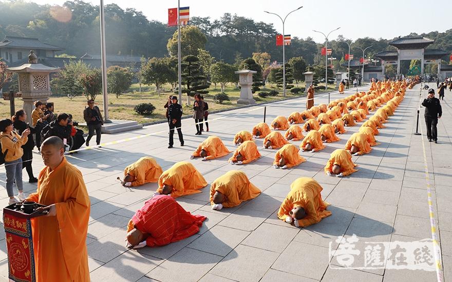 虔诚跪拜(图片来源:菩萨在线 摄影:妙澄)