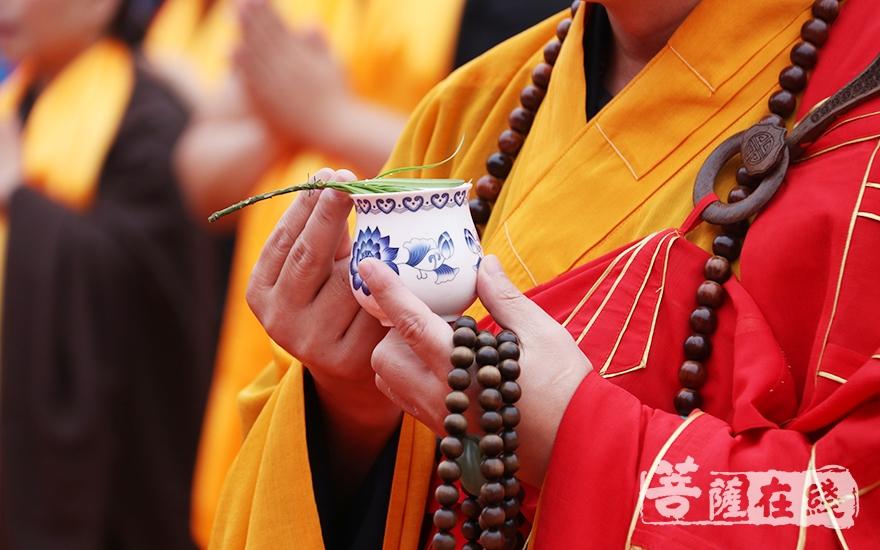 手持杨枝净水瓶(图片来源:菩萨在线 摄影:唐雪凤)