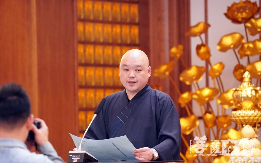 证道法师对三位法师作点评(图片来源:菩萨在线 摄影:李蕴雨)