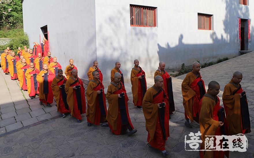 迎请仪式(图片来源:菩萨在线 摄影:张范仁)