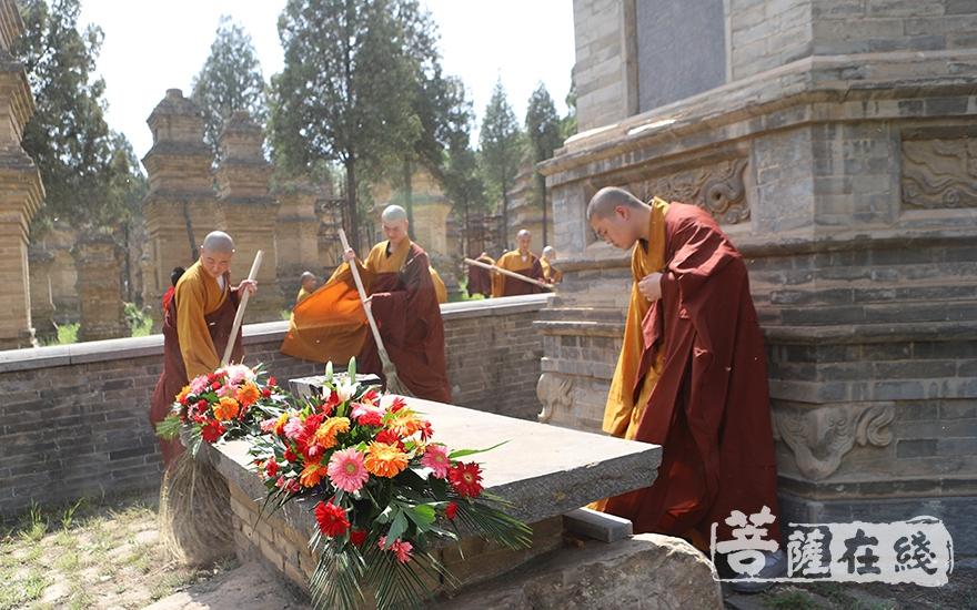 祭奠洒扫(图片来源:菩萨在线 摄影:张范仁)