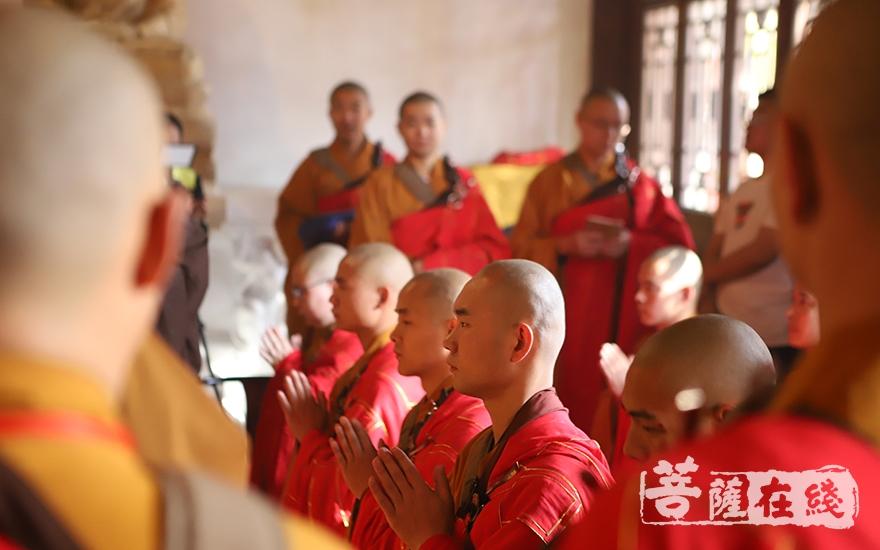 跪请三师至戒场(图片来源:菩萨在线 摄影:张范仁)