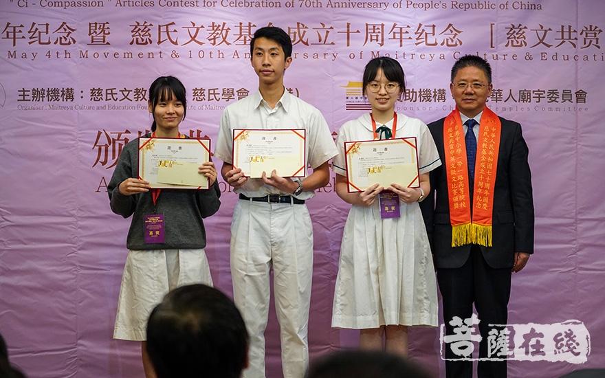 为中学组颁奖(图片来源:菩萨在线 摄影:张妙)