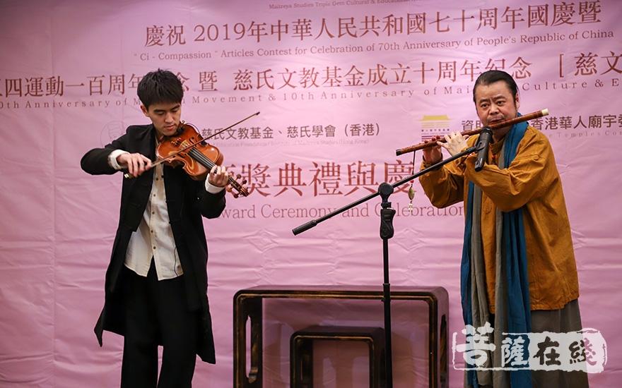 台湾著名音乐家蔡介诚、蔡芸翼带来精彩的节目(图片来源:菩萨在线 摄影:卢鹏宇)