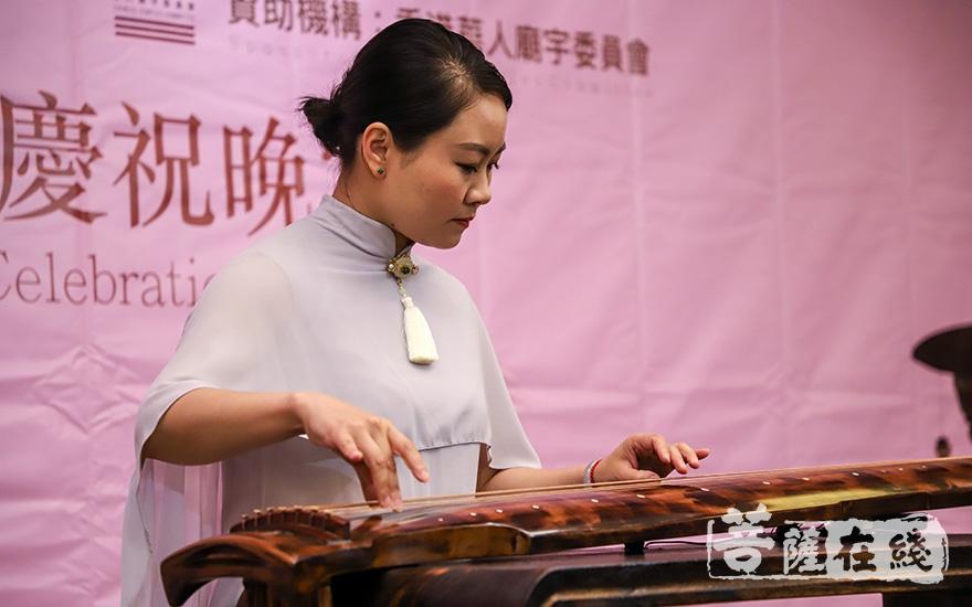 成都古琴名家张婷婷带来古琴演奏(图片来源:菩萨在线 摄影:张妙)