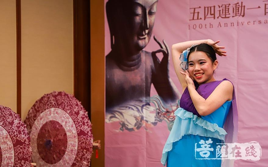 香港佛教孔仙洲纪念中学舞蹈组带来中国舞表演《摇曳生姿》(图片来源:菩萨在线 摄影:卢鹏宇)