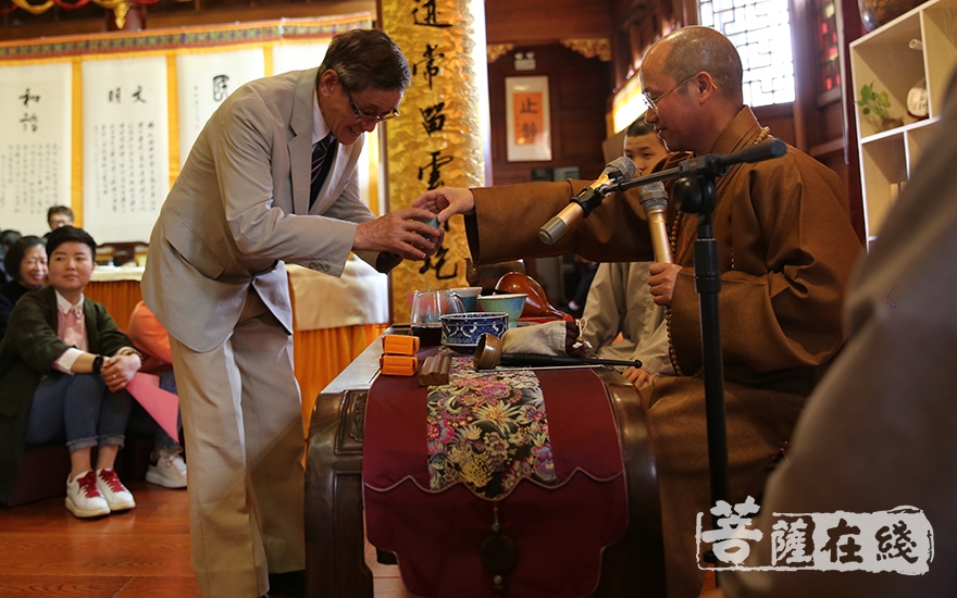 随喜分享禅茶(图片来源:菩萨在线 摄影:贺雪垠)
