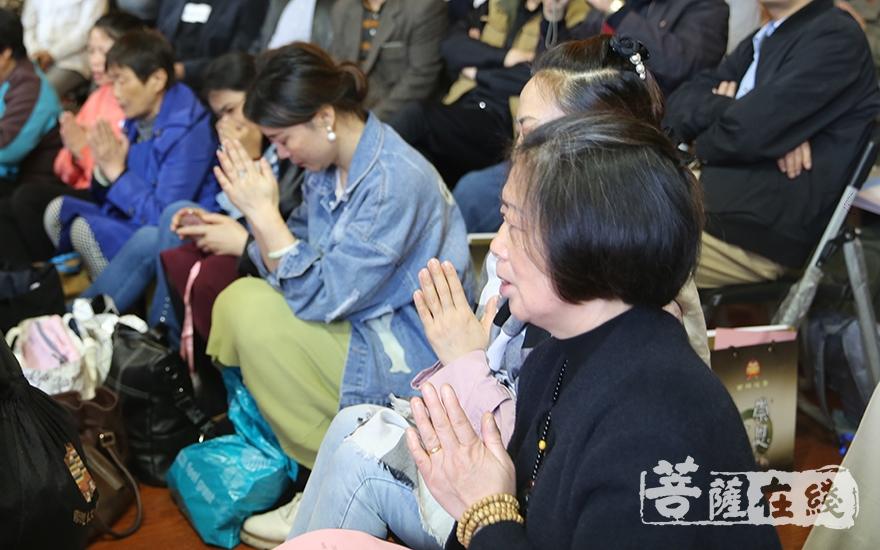 虔诚聆听(图片来源:菩萨在线 摄影:贺雪垠)