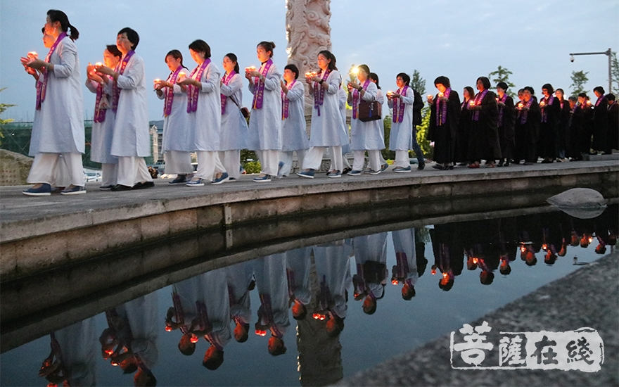 传灯队伍(图片来源:菩萨在线 摄影:唐雪凤)